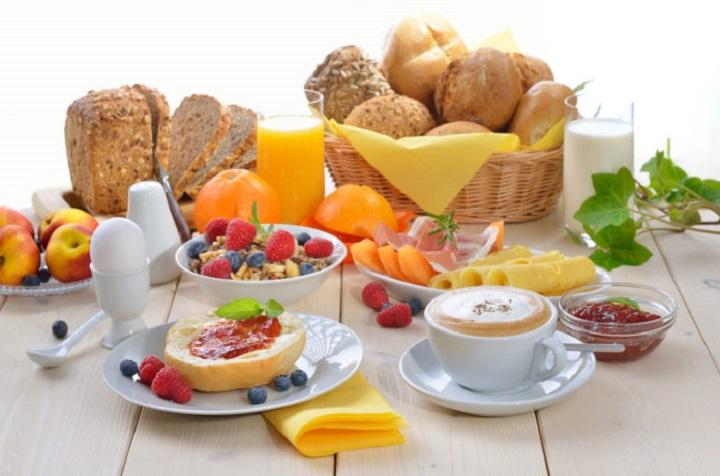 Çfarë duhet të hamë në mëngjes?