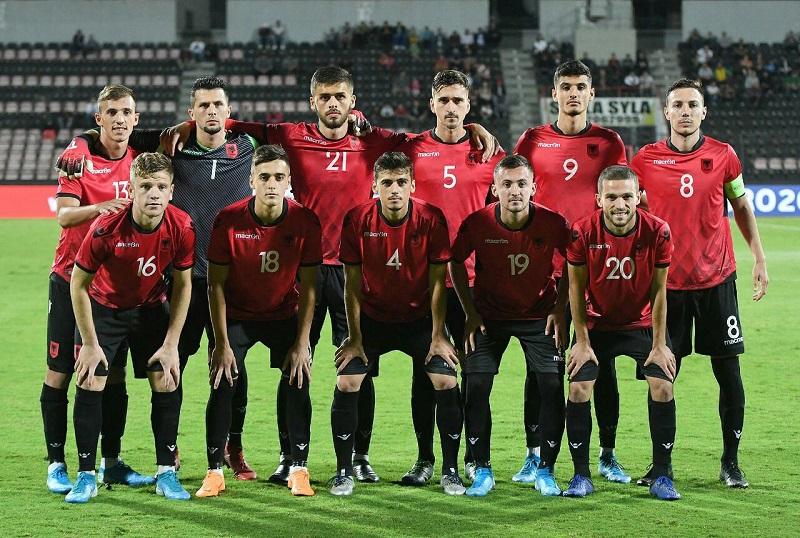 Futbollistët e Shqipërisë e festojnë fitoren kundër Kosovës (VIDEO)